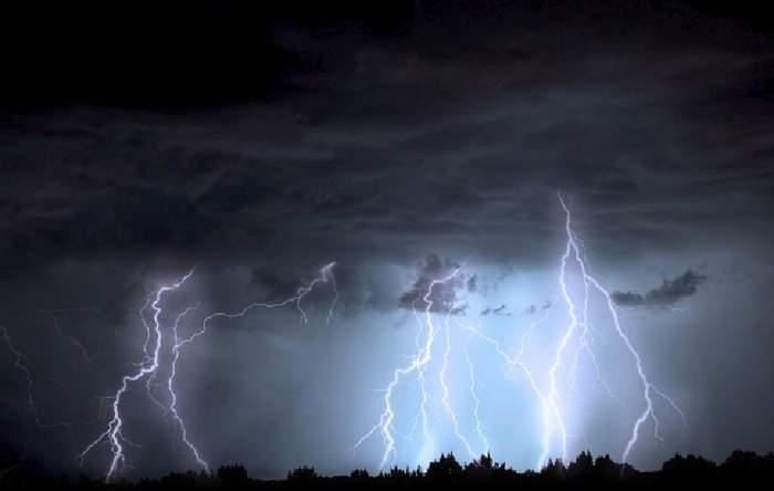 Avertizare meteo ANM. Cod galben de furtuni în mai multe județe din România