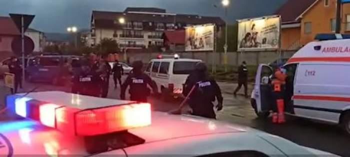 Scandal cu săbii în Baia Mare. Două clanuri s-au luat la bătaie în parcarea unui centru comercial. Mascații au intervenit de urgență / VIDEO