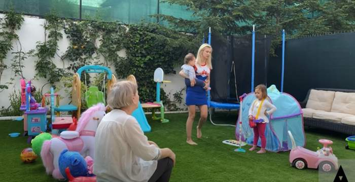 FOTO / Fetițele Andreei Bălan deja îi calcă pe urme! Ella dă concerte în curtea casei, după ce artista i-a cumpărat jucării muzicale