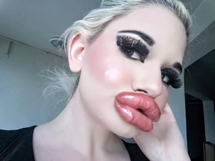 """FOTO / Ea este femeia cu cele mai mari buze din lume! Incredibil cum arăta """"Păpușa Barbie"""" înainte de a se tuna"""