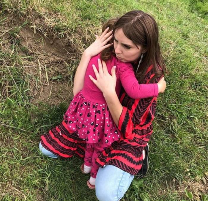 """FOTO / Imagine emoționantă cu Vulpița îmbrățișându-și fiica! Tânăra și-a revăzut fetița după o lungă perioadă. """"O iubesc"""""""