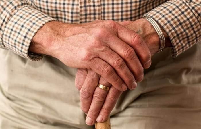 Noaptea de amor s-a transformat într-un coșmar! Ce a pățit un brașovean de 90 de ani după ce a plătit o tânără pentru o partidă incendiară