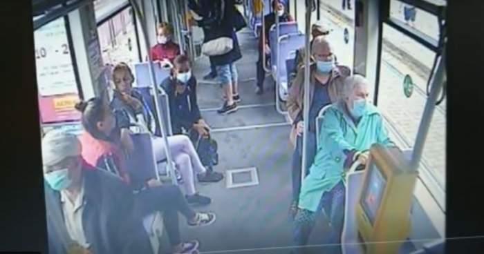 VIDEO / Scene șocante într-un tramvai din Timișoara! O bătrână de 80 de ani este trântită la podea și jefuită de către mai multe persoane