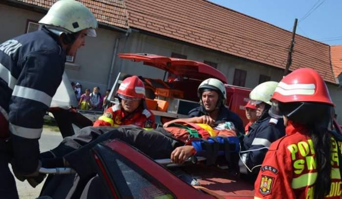 Situație dificilă pentru o tânără din Constanța! Femeia a ajuns în comă la spital, după ce și-a prins capul în trapa mașinii decapotabile