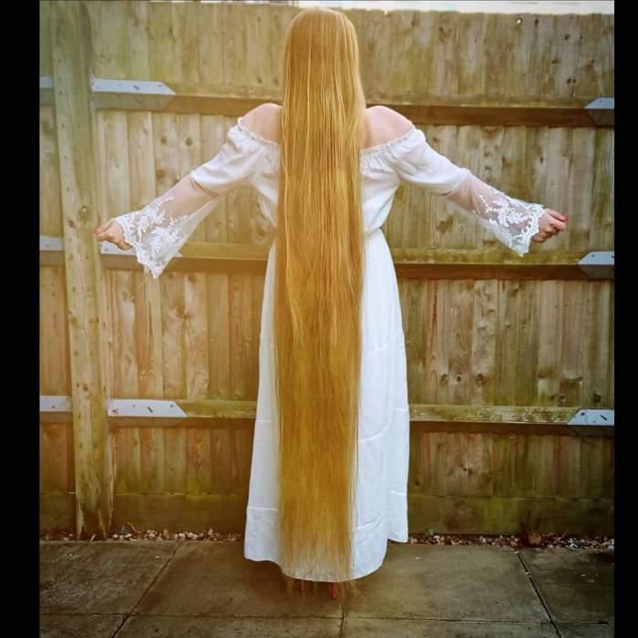 """FOTO / Care este motivul pentru care nu s-a mai tuns de cinci ani! Secretul tinerei cu părul până la pământ: """"Singurul avantaj al meu"""""""