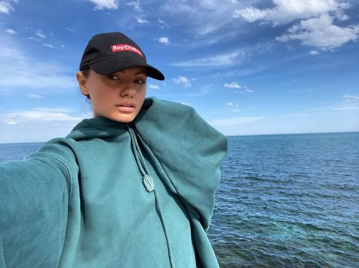 Alexandra Stan a încins atmosfera la malul mării. Artista s-a filmat topless, iar bikinii minusculi au lăsat la vedere tot / VIDEO