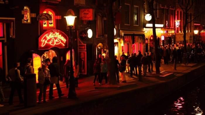 """Noile măsuri impuse în """"Cartierul Roșu"""" din Amsterdam! Prostituatele vor purta mănuși și mască de protecție în timpul serviciului"""