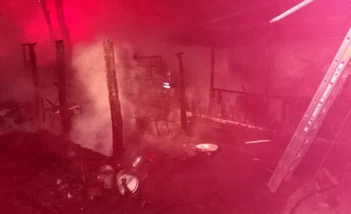 Incendiu de proporții în Botoșani. Un bătrân a murit, iar soția acestuia a ajuns în stare gravă la spital, după ce locuința li s-a făcut scrum