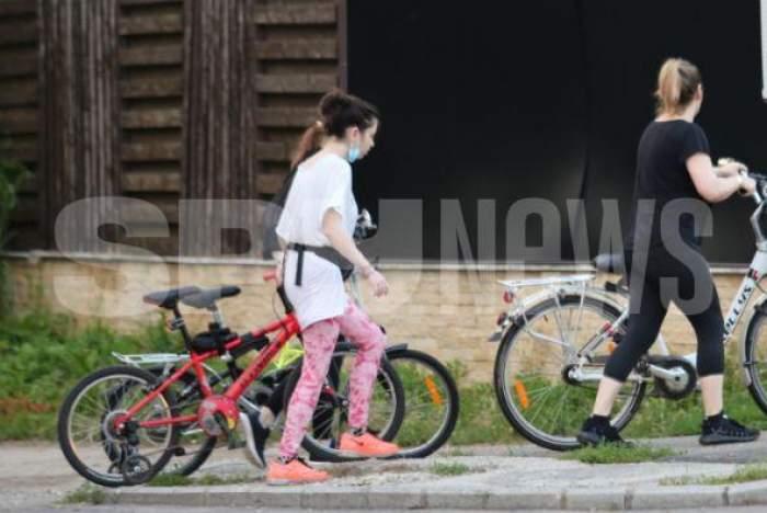 Loredana Groza și fiica sa pedalează din greu pentru o siluetă de vis. Artista i-a oferit copilei o lecție pe două roți. Imagini rare cu cele două / VIDEO PAPARAZZI