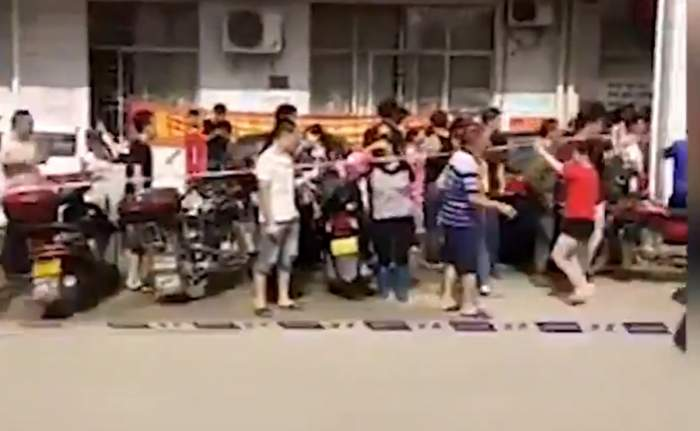 VIDEO / Clipe de coșmar într-o școală din China! Un individ periculos a intrat cu cuțitul și a lovit peste 40 de persoane