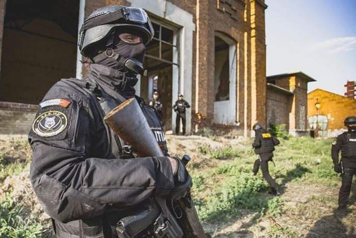 VIDEO / Trei minori din Pitești, săltați de mascați, după o amenințare falsă cu bombă pe Aeroportul Otopeni! Ce alte declarații șocante au mai făcut adolescenții