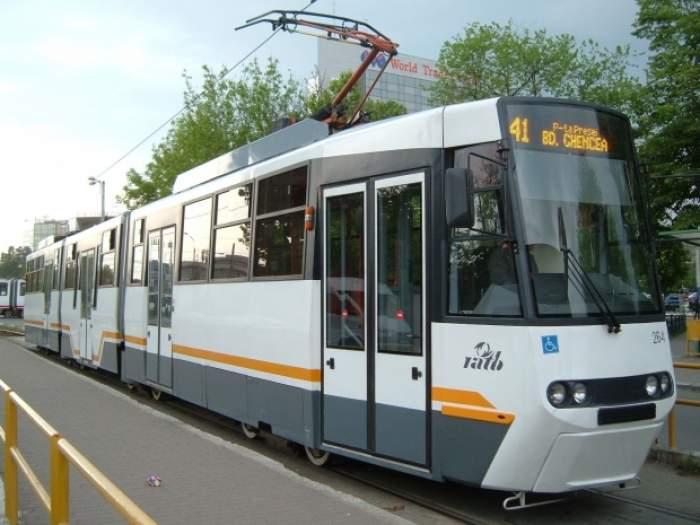 Clipe de coșmar pentru călătorii tramvaiului 41 din Capitală! Un pasager a murit chiar sub ochii lor, după ce i s-a făcut rău!
