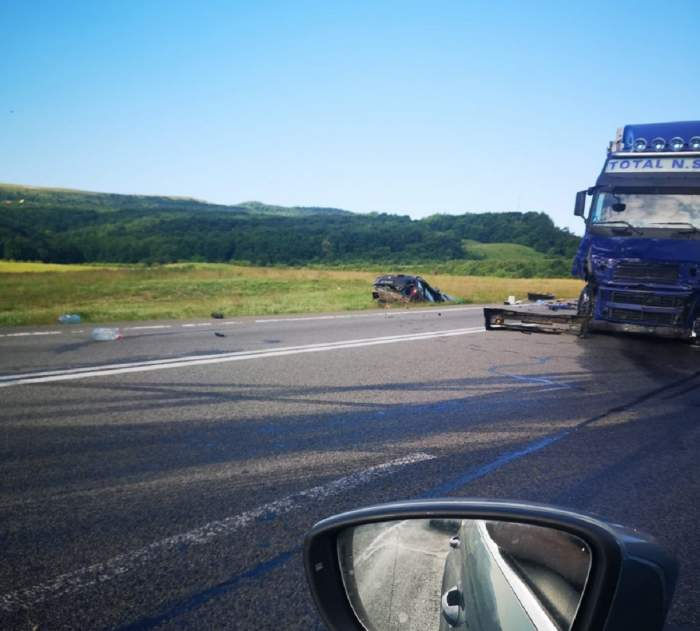 Trei morți în Cluj, după ce o mașină și un TIR s-au ciocnit violent! Autoturismul a fost aruncat pe câmp! / FOTO