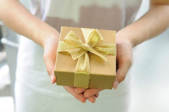 Șapte cadouri pe care nu trebuie să le accepți niciodată! Acestea pot aduce ghinion, boli și despărțiri