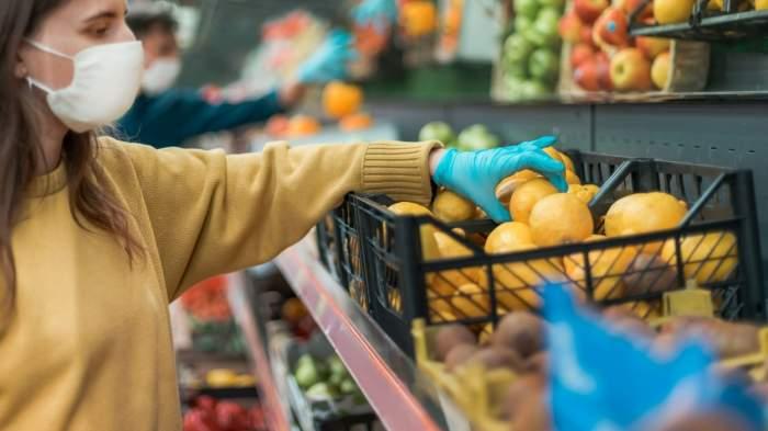 Un bărbat și-a luat soția la bătaie, în magazin, pentru că i-a reproșat că nu poartă mască