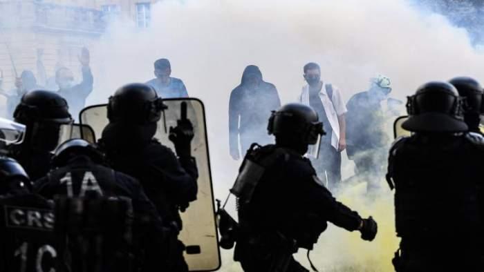 Proteste violente la Paris. Manifestanții, confruntări cu poliția chiar de Ziua Națională a Franței