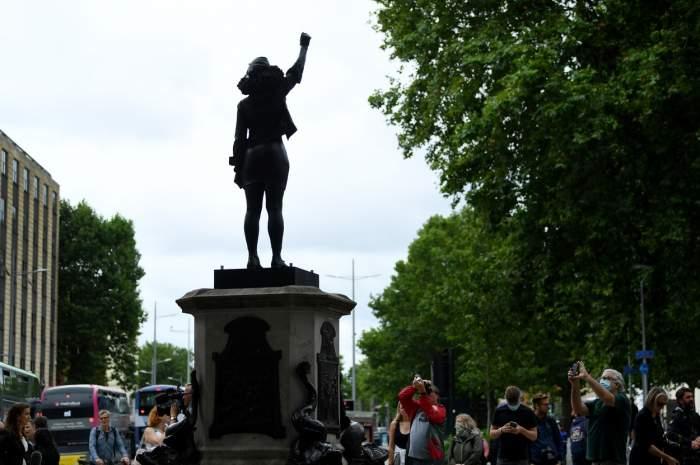 Statuia unui negustor de negri, dată jos și înlocuită cu cea a unei protestatare Black Lives Matter