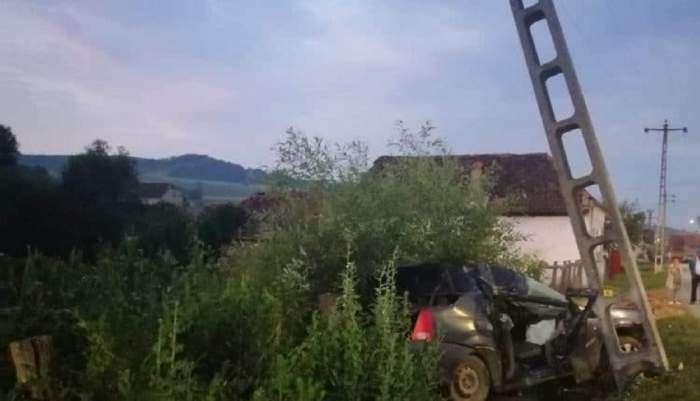 Accident tragic în Sibiu! Un tânăr de 18 ani a murit, după ce mașina condusă de prietenul său beat a intrat într-un stâlp! / FOTO