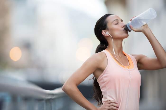 Câtă apă trebuie să bei pe timp de caniculă
