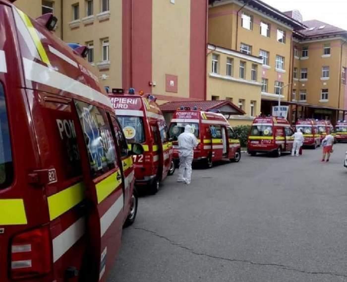 """Ambulanțele cu pacienți cu Covid-19 stau la coadă în curtea Spitalului Matei Balș! Fotografia care arată realitatea cruntă! """"Mai aveți îndoieli?"""" / FOTO"""