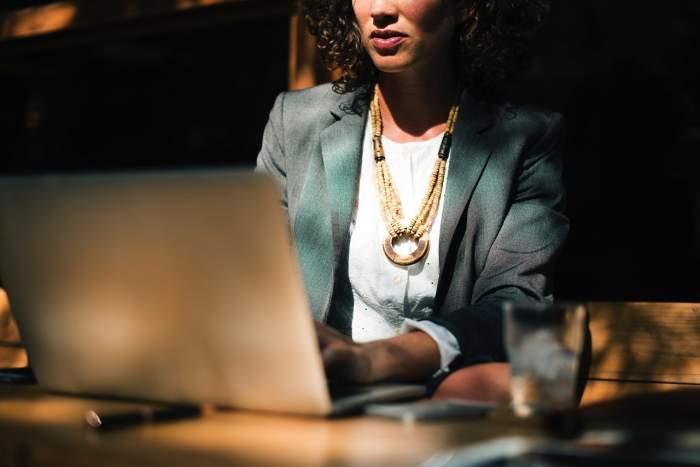 5 ținute office care denotă un plus de eleganță