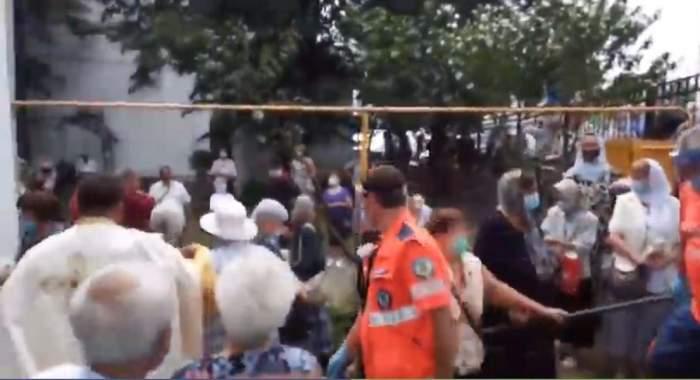 Un preot a leșinat în biserică, după ce sute de credincioși s-au înghesuit la slujba de hram în Pitești! / FOTO