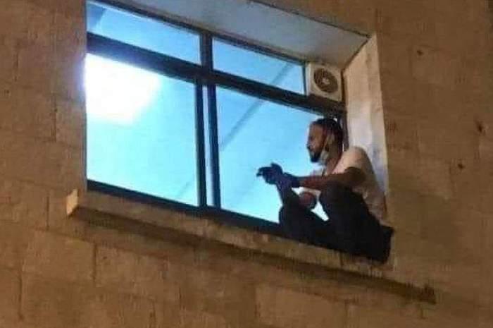 Gestul impresionant al unui tânăr pentru mama sa! A vegheat-o de la fereastra spitalul, în timp ce se afla pe patul de moarte!