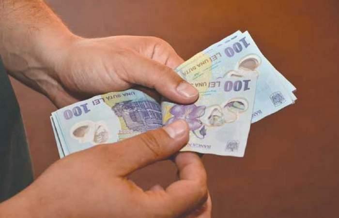 Bugetarii vor beneficia de o majorare a salariilor de până la 25%! Ce prevede legea promulgată de Klaus Iohannis