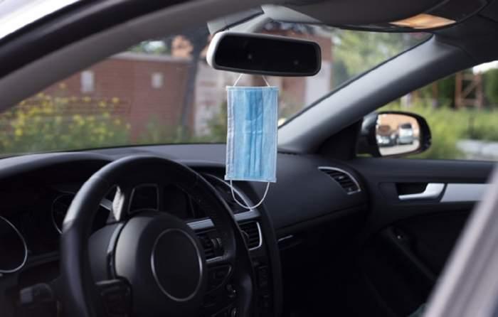De ce nu e bine să îți agăți masca de oglinda retrovizoare