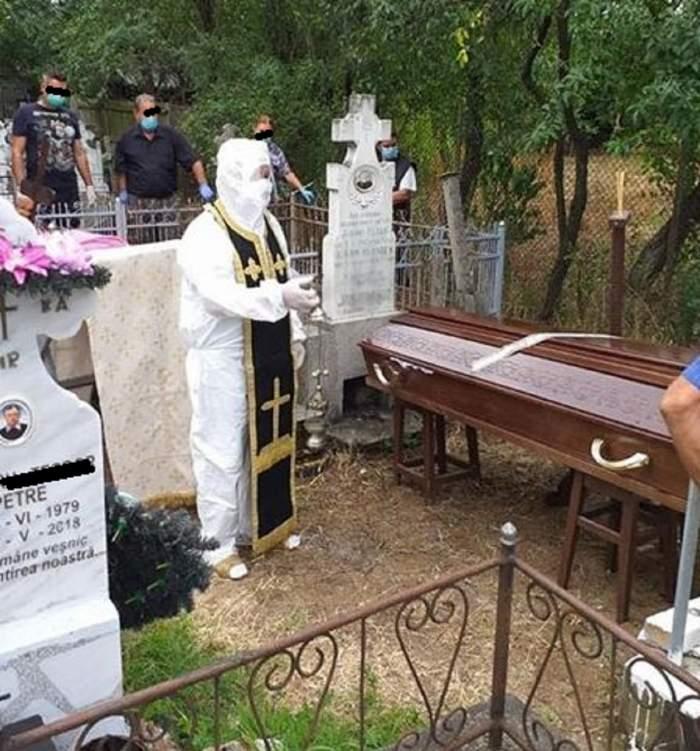 Un preot din Olt a ținut o slujbă de înmormântare îmbrăcat în combinezon, având pe deasupra și patrafirul! Explicația duhovnicului! / FOTO
