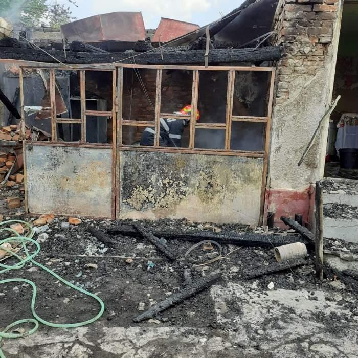Un copil de 10 ani a fost la un pas de moarte, după ce casa i-a luat foc, în Vâlcea! Pompierii se chinuie să stingă incendiul