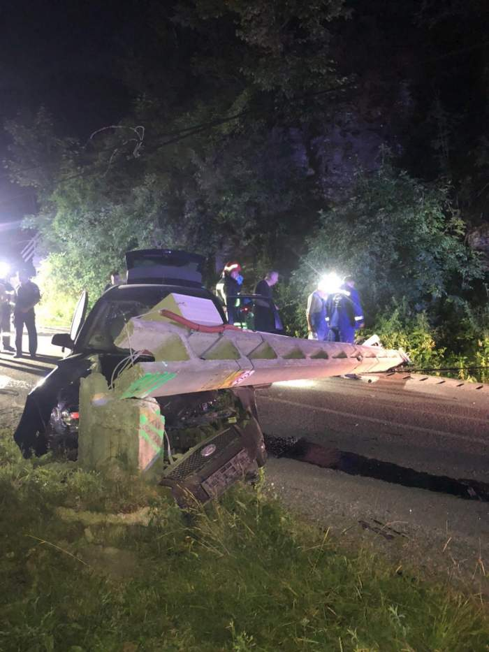 Un mort și doi răniți în Bistrița-Năsăud, după ce un tânăr de 19 ani a intrat cu mașina într-un stâlp!