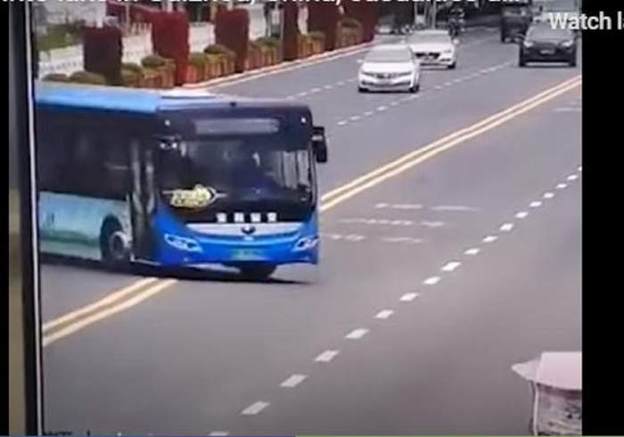 Tragedie în China! Zeci de morți și răniți după ce un autobuz a plonjat direct în lac! / FOTO
