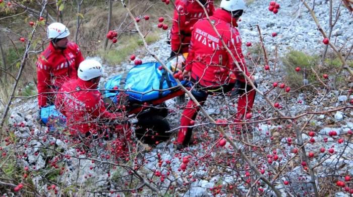 """Un tânăr din Iași a fost găsit în stare gravă de salvamontiși, după ce prietenii săi de drumeție l-au părăsit pe muntele Ceahlău: """"Murea până dimineață"""""""