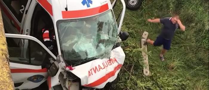 Ambulanță care transporta un bolnav de COVID-19, accidentată grav! Autovehiculul s-a răsturnat de pe un pod / VIDEO
