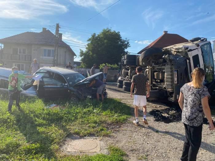 Accident în lanț la Bistrița! Mai multe mașini au intrat în carambol, după ce un TIR s-a răsturnat / FOTO