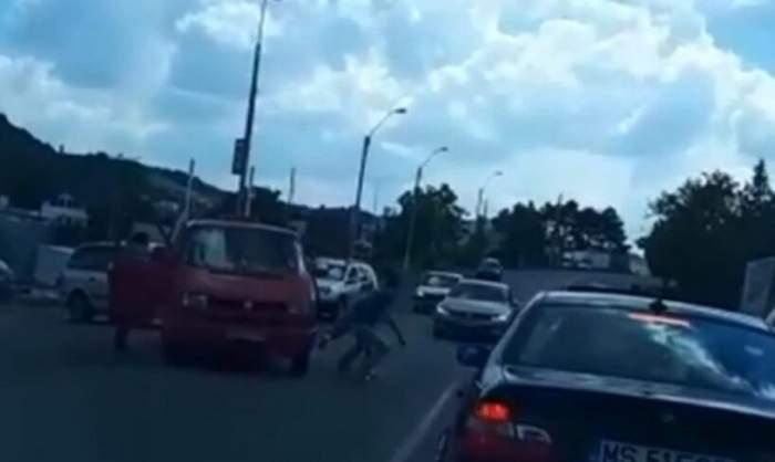 Bătaie ca-n filme în Mureș! 4 victime au ajuns la spital, după ce și-au împărțit pumni și picioare în plină stradă! Motivul este unul halucinant! / FOTO