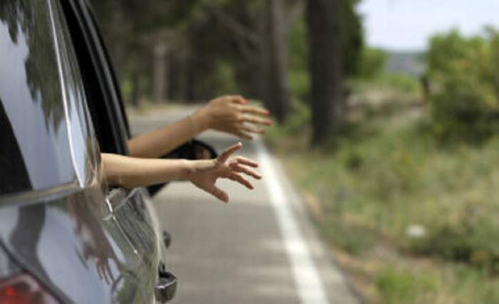 Doi copii de 1 și 3 ani au murit sufocați în mașină! Temperatura din autoturism era de 57 de grade Celsius!