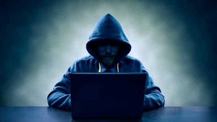 Bărbat reținut, după amenințări cu arme pe internet! Ce au găsit polițiștii la el acasă / FOTO