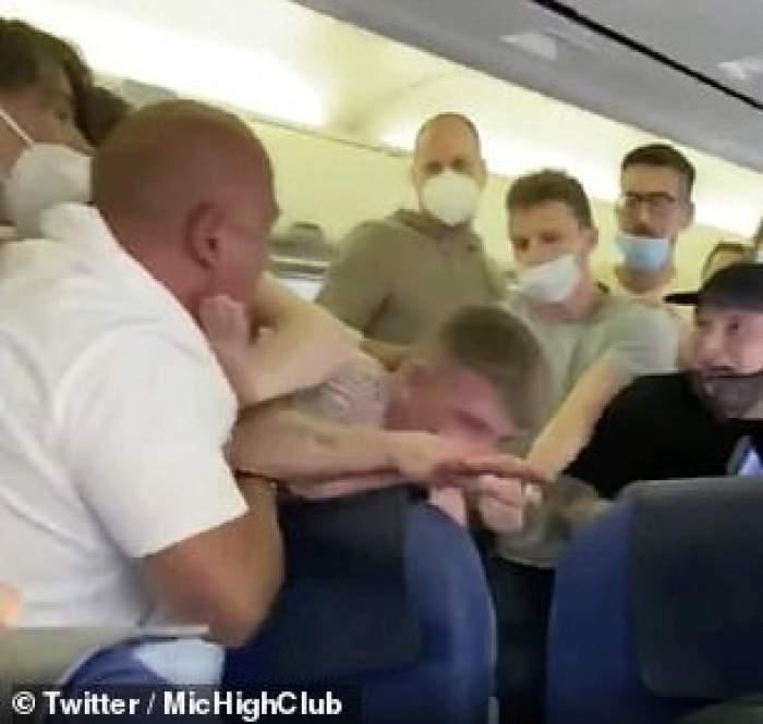 Scene incredibile într-un avion! Pasagerii s-au luat la bătaie, din cauza măștii de protecție / VIDEO