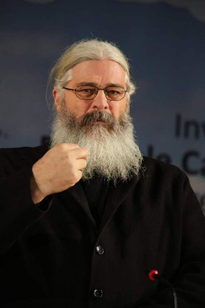 Părintele Calistrat susține un discurs