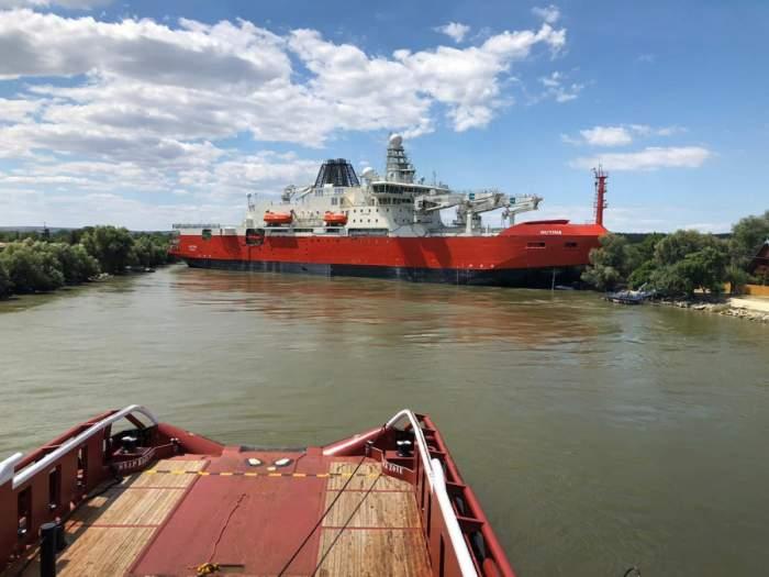 Spărgător de gheață de 2 miliarde de dolari, construit în România, eșuat pe Dunăre. Urma să ajungă în Australia