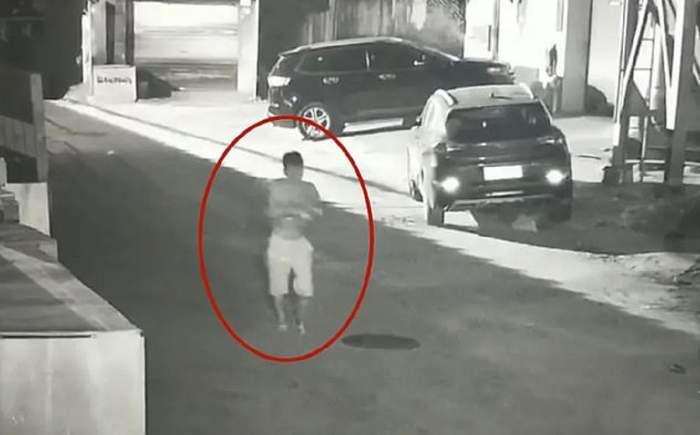 Tânăr tată, filmat în timp ce își abandonează bebelușul la gunoi