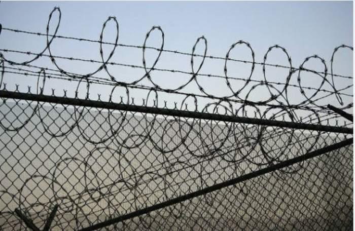 Un deținut român și-a incendiat propria celulă într-o închisoare din Italia! Bărbatul a bătut 4 gardieni, care au ajuns la spital!