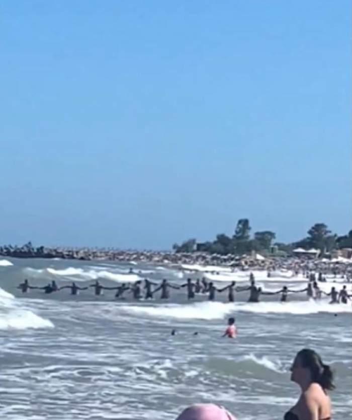 Intervenție dificilă la malul mării, în stațiunea Saturn! Turiștii au format un lanț uman pentru a salva un om de la înec / VIDEO