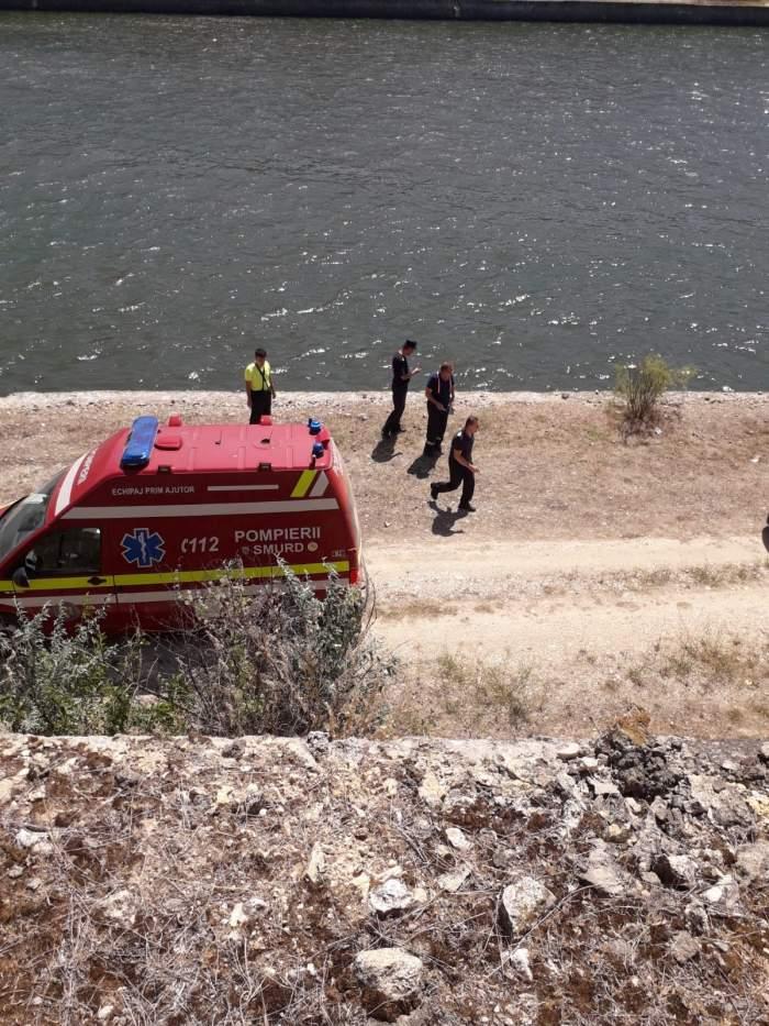 Un șofer a căzut cu autoturismul în canalul Dunăre-Marea Neagră! La bord se afla și o pasageră de 15 ani! / FOTO