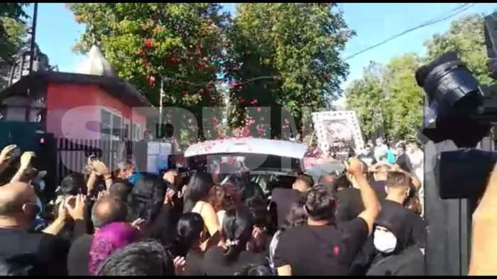 Momentul în care sicriul lui Emi Pian a ajuns la cimitir! Oamenii au aruncat cu petale de flori peste mașină, i-au strigat numele și l-au aplaudat/ PAPARAZZI