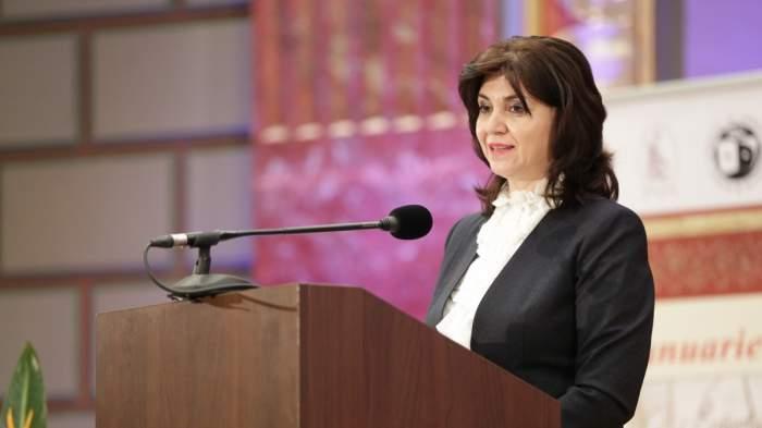 Monica Anisie, ministrul Educației, ține o declarație de presă îmbrăcată într-un costum negru cu cămașă albă