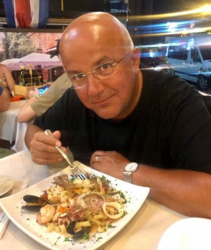 Axinte ia masa în oraș și s-a fotografiat cu farfuria de mâncare în față