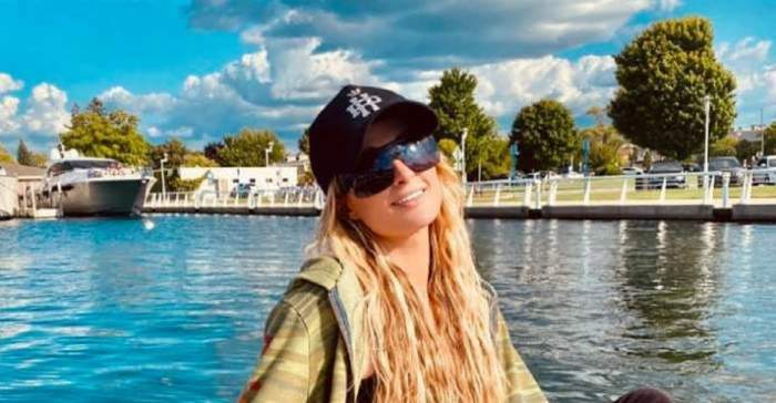 Paris Hilton este pe lac, poartă o șapcă neagră și o jachetă bej